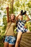 Madre e figlia nella foresta immagini stock
