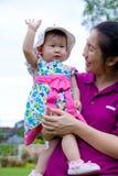 Madre e figlia nella sosta Fotografie Stock