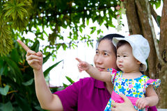 Madre e figlia nella sosta Immagini Stock