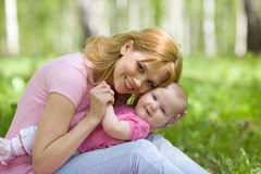 Madre e figlia nella sosta della sorgente della betulla Fotografia Stock Libera da Diritti