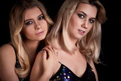 Madre e figlia nello stile della discoteca Simile ai pari Bello, giovane, trucco professionale fotografia stock