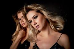 Madre e figlia nello stile della discoteca Simile ai pari Bello, giovane, trucco professionale fotografia stock libera da diritti