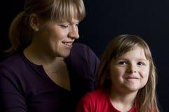 Madre e figlia sorridenti fotografie stock libere da diritti