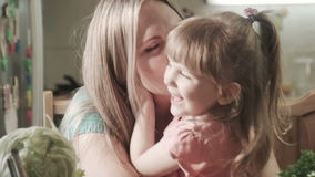 Madre e figlia sorridenti che abbracciano e baciare video d archivio