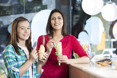 Madre e figlia sorridenti con i gelati alla vaniglia Immagine Stock