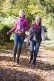 Madre e figlia in su sviluppate sulla camminata Fotografie Stock