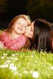 Madre e figlia su un'erba fotografia stock