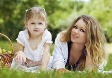 Madre e figlia sul picnic Fotografie Stock Libere da Diritti
