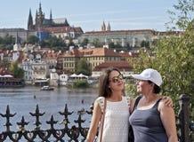 Madre e figlia sulla camminata fotografia stock