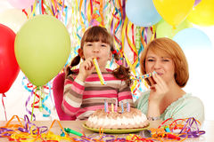 Madre e figlia sulla festa di compleanno Fotografia Stock