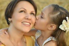 Madre e figlia sulla natura Fotografia Stock