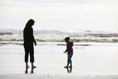 Madre e figlia sulla spiaggia Fotografie Stock Libere da Diritti