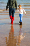 Madre e figlia sulla spiaggia Fotografie Stock
