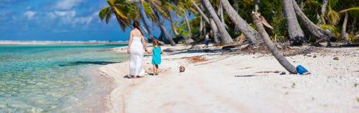 Madre e figlia sulla spiaggia tropicale Fotografia Stock