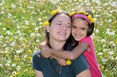 Madre e figlia un giorno di sorgente Fotografia Stock