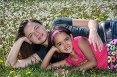 Madre e figlia un giorno di sorgente Immagine Stock