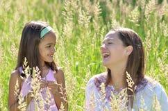Madre e figlia un giorno di sorgente Fotografia Stock Libera da Diritti