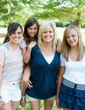 Madre e figlie all'esterno Fotografie Stock