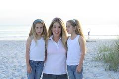 Madre e figlie alla spiaggia Immagini Stock