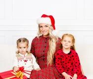 Madre e figlie che celebrano il Natale Immagine Stock