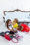 Madre e figlie che fanno trucco Immagini Stock
