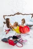 Madre e figlie che fanno trucco Fotografia Stock