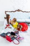 Madre e figlie che fanno trucco Fotografia Stock Libera da Diritti