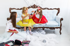 Madre e figlie che fanno trucco Fotografie Stock