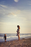 Madre e figlio alla spiaggia Fotografia Stock