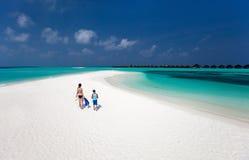 Madre e figlio alla spiaggia tropicale fotografia stock libera da diritti