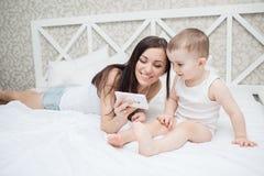 Madre e figlio in base immagini stock libere da diritti