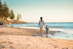 Madre e figlio che camminano sulla spiaggia Fotografia Stock Libera da Diritti