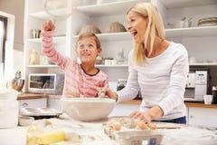 Madre e figlio che cuociono insieme a casa immagini stock