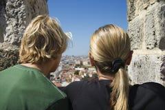 Madre e figlio che esaminano vista Portogallo. Fotografie Stock