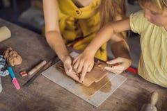 Madre e figlio che fanno vaso ceramico nell'officina delle terraglie fotografia stock libera da diritti