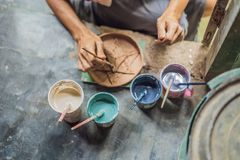 Madre e figlio che fanno vaso ceramico nell'officina delle terraglie immagine stock