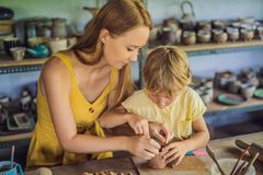 Madre e figlio che fanno vaso ceramico nell'officina delle terraglie immagini stock