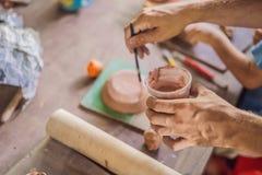 Madre e figlio che fanno vaso ceramico nell'officina delle terraglie immagini stock libere da diritti