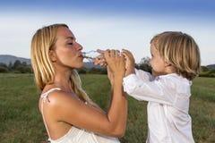 Madre e figlio che giocano all'aperto Fotografia Stock