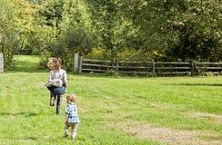 Madre e figlio che giocano inseguimento Fotografie Stock Libere da Diritti
