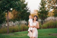 Madre e figlio che giocano vicino al lago Fotografia Stock Libera da Diritti