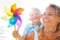 Madre e figlio che hanno divertimento sulla spiaggia fotografia stock