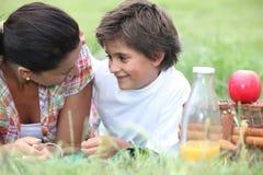 Madre e figlio che hanno picnic fotografia stock libera da diritti