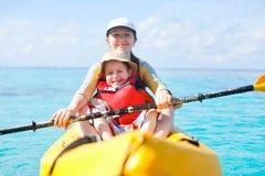 Madre e figlio che kayaking Fotografia Stock