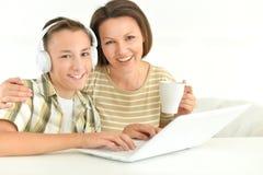 Madre e figlio che per mezzo del computer portatile Fotografia Stock Libera da Diritti