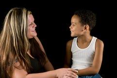Madre e figlio che ridono insieme fotografia stock
