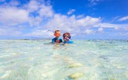 Madre e figlio che si immergono sulla spiaggia fotografie stock