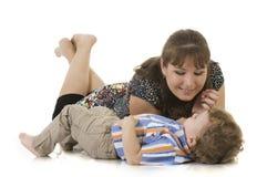 Madre e figlio che si trovano sul pavimento Fotografia Stock
