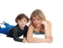 Madre e figlio che si trovano sul pavimento Immagine Stock Libera da Diritti