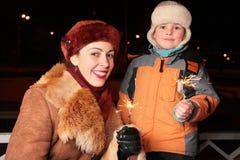 Madre e figlio con gli sparklers Fotografie Stock